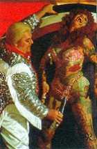 """Cena de Santa Sangre, mostrando o pai de Fenix e uma """"prima"""""""